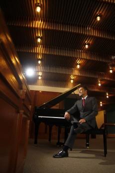 Cesar Correa , el piano y yo somos uno.